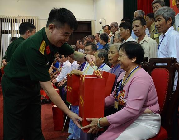 Bộ Quốc phòng gặp mặt Đoàn đại biểu người có công với cách mạng tỉnh Hậu Giang - Ảnh 1.