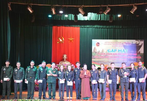 Gặp mặt kỷ niệm 30 năm Quân tình nguyện Việt Nam hoàn thành xuất sắc nhiệm vụ quốc tế ở Campuchia - Ảnh 1.