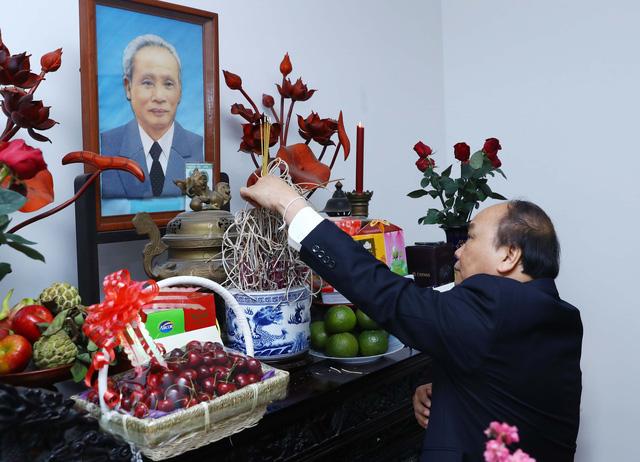 Dâng hương tưởng nhớ Tổng Bí thư Nguyễn Văn Linh, Thủ tướng Phạm Văn Đồng - Ảnh 1.