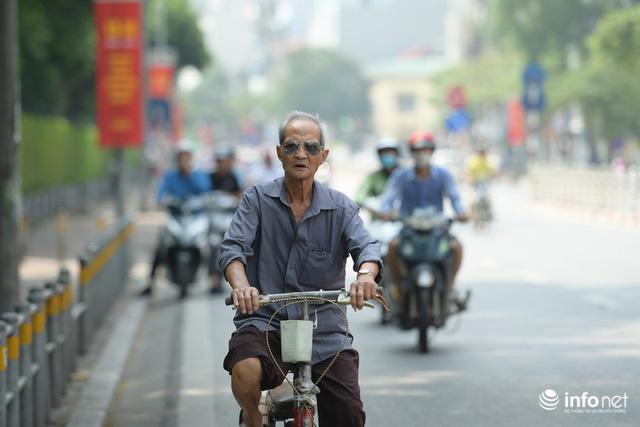 Đường phố Hà Nội rực rỡ trước kỉ niệm 65 năm Ngày giải phóng thủ đô - Ảnh 2.