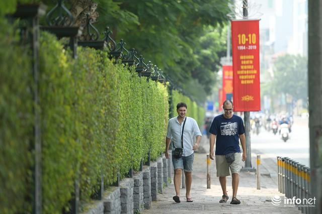 Đường phố Hà Nội rực rỡ trước kỉ niệm 65 năm Ngày giải phóng thủ đô - Ảnh 3.