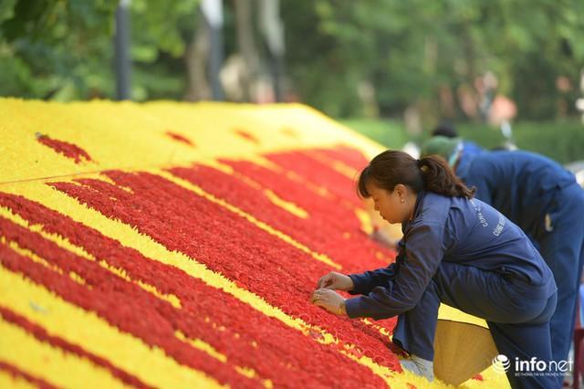Đường phố Hà Nội rực rỡ trước kỉ niệm 65 năm Ngày giải phóng thủ đô - Ảnh 6.