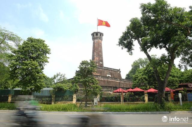 Đường phố Hà Nội rực rỡ trước kỉ niệm 65 năm Ngày giải phóng thủ đô - Ảnh 7.
