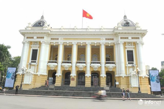 Đường phố Hà Nội rực rỡ trước kỉ niệm 65 năm Ngày giải phóng thủ đô - Ảnh 8.
