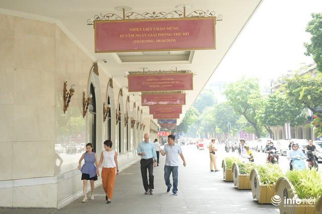 Đường phố Hà Nội rực rỡ trước kỉ niệm 65 năm Ngày giải phóng thủ đô - Ảnh 9.
