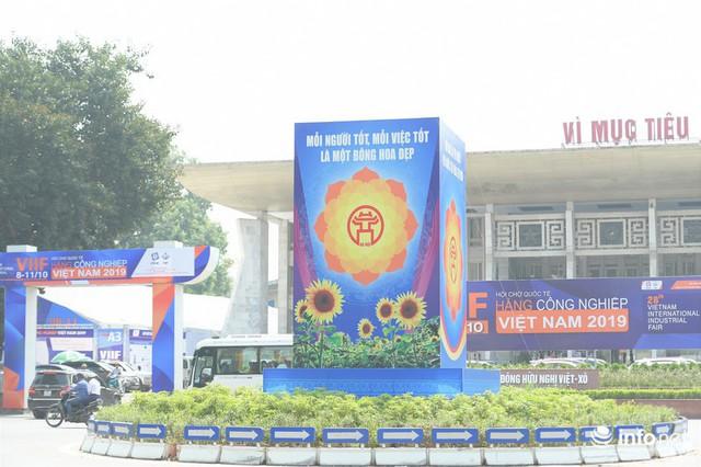 Đường phố Hà Nội rực rỡ trước kỉ niệm 65 năm Ngày giải phóng thủ đô - Ảnh 11.