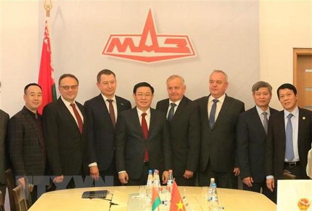 Phó Thủ tướng thăm nhà máy sản xuất ôtô MAZ của Belarus - Ảnh 1.