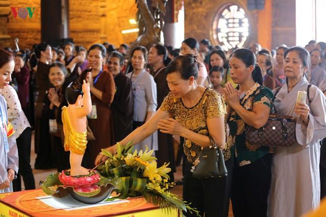 Hàng vạn người dự lễ tắm Phật tại đàn lễ Cầu nguyện hòa bình thế giới - Ảnh 2.