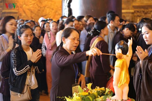 Hàng vạn người dự lễ tắm Phật tại đàn lễ Cầu nguyện hòa bình thế giới - Ảnh 3.