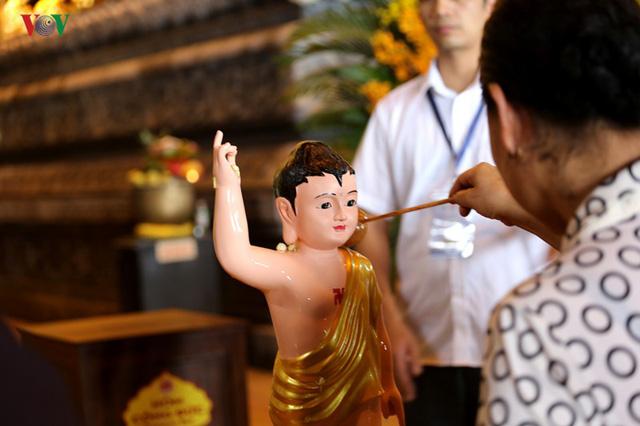Hàng vạn người dự lễ tắm Phật tại đàn lễ Cầu nguyện hòa bình thế giới - Ảnh 4.