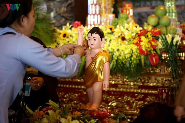 Hàng vạn người dự lễ tắm Phật tại đàn lễ Cầu nguyện hòa bình thế giới - Ảnh 5.