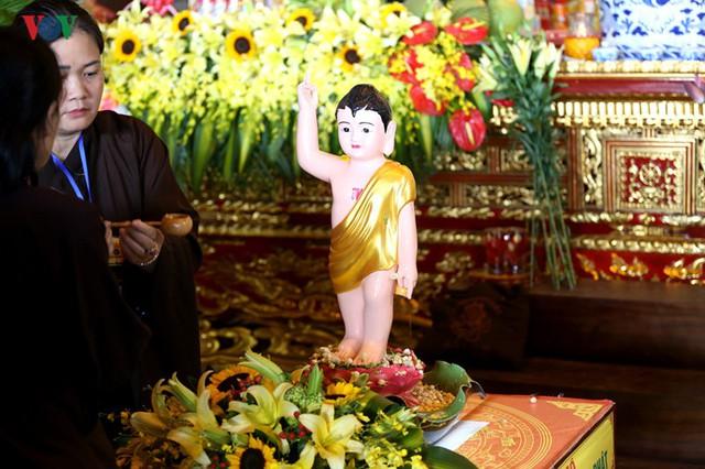 Hàng vạn người dự lễ tắm Phật tại đàn lễ Cầu nguyện hòa bình thế giới - Ảnh 6.