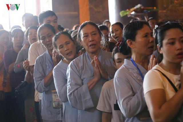 Hàng vạn người dự lễ tắm Phật tại đàn lễ Cầu nguyện hòa bình thế giới - Ảnh 7.