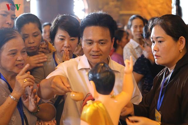 Hàng vạn người dự lễ tắm Phật tại đàn lễ Cầu nguyện hòa bình thế giới - Ảnh 8.