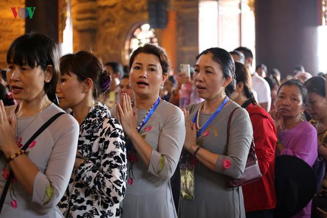 Hàng vạn người dự lễ tắm Phật tại đàn lễ Cầu nguyện hòa bình thế giới - Ảnh 10.
