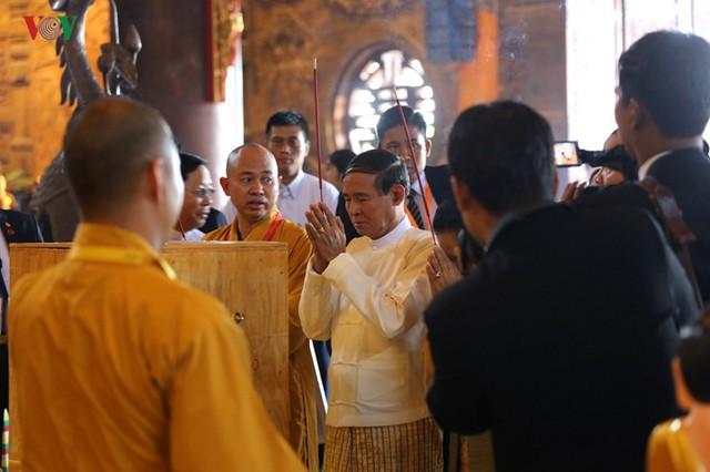 Hàng vạn người dự lễ tắm Phật tại đàn lễ Cầu nguyện hòa bình thế giới - Ảnh 11.