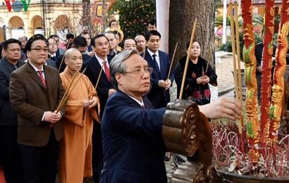 Ông Trần Quốc Vượng dâng hương tại Hoàng thành Thăng Long